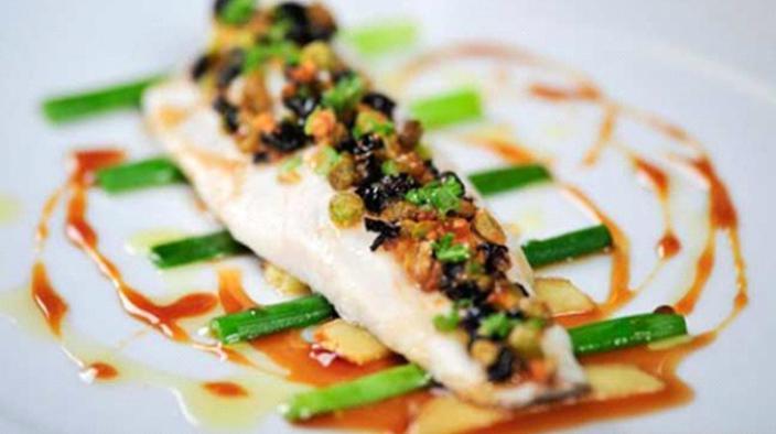 Petersfisch-filet, grilliert, gemüsebrunoise, kokos-ingwer-zitronengras-emulsion