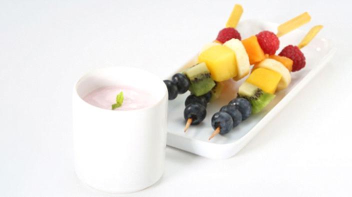 Brochettes de fruits et 'dip' fraise