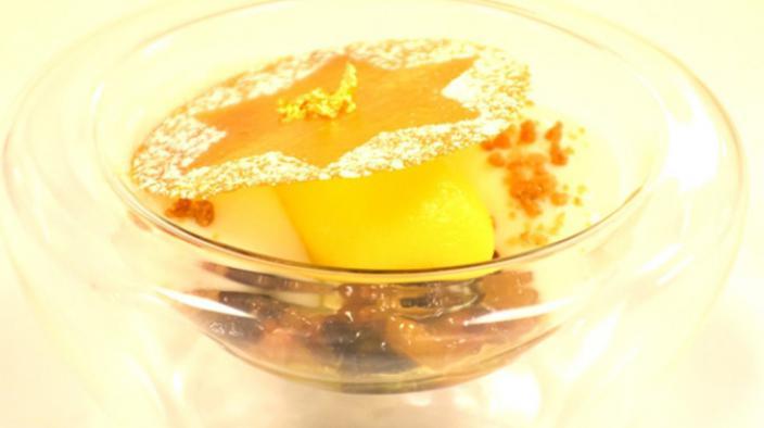 Mandarinen Sorbet mit Mandelmilchschaum  auf winterlichem Früchtekompott und Spekulatius Streusel