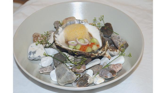 Schwedische Austern, Guke, Forellenkaviar, Zwiebel und Sanddornschaum